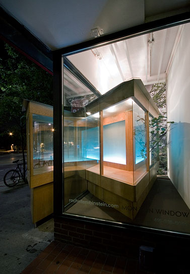 Vagabond Vitrine, 2010, side view at night